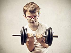 Обои Сером фоне Мальчик Гантеля Очков Рука Тренируется ребёнок