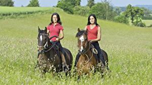 Фотографии Конный спорт Лошади Трава Две спортивные Девушки