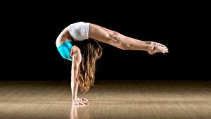 Фото Гимнастика Шатенки Ног Тренировка Позирует молодая женщина