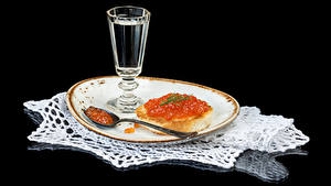Фото Водка Бутерброды Икра Морепродукты Черный фон Тарелка Рюмка Ложки Продукты питания