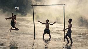 Картинки Азиаты Футбол Три Мяч Мальчик Тумана Дети