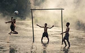 Картинки Азиатки Футбол Три Мяч Мальчик Тумана Дети