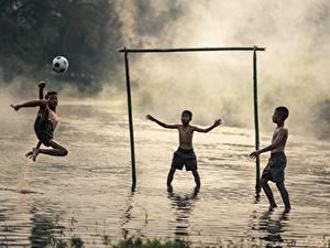 Картинки Азиатка Футбол Три Мяч Мальчик Тумана Дети