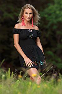 Картинки Cara Mell Блондинка Трава Платья Смотрят девушка