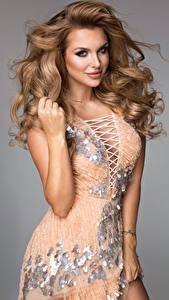 Фотография Сером фоне Шатенка Платье Взгляд Руки Красивая молодая женщина