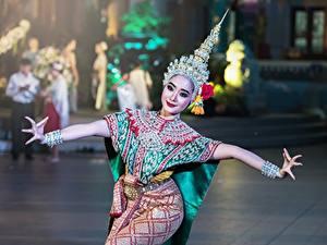 Фото Таиланд Танцует молодая женщина