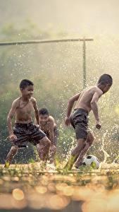 Фотографии Футбол Азиаты Втроем Мальчики Брызги Туман Дети