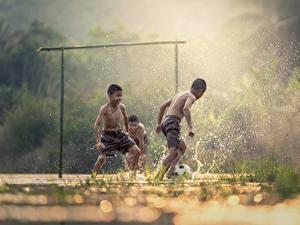 Фотографии Футбол Азиаты Втроем Мальчики С брызгами Тумана Дети
