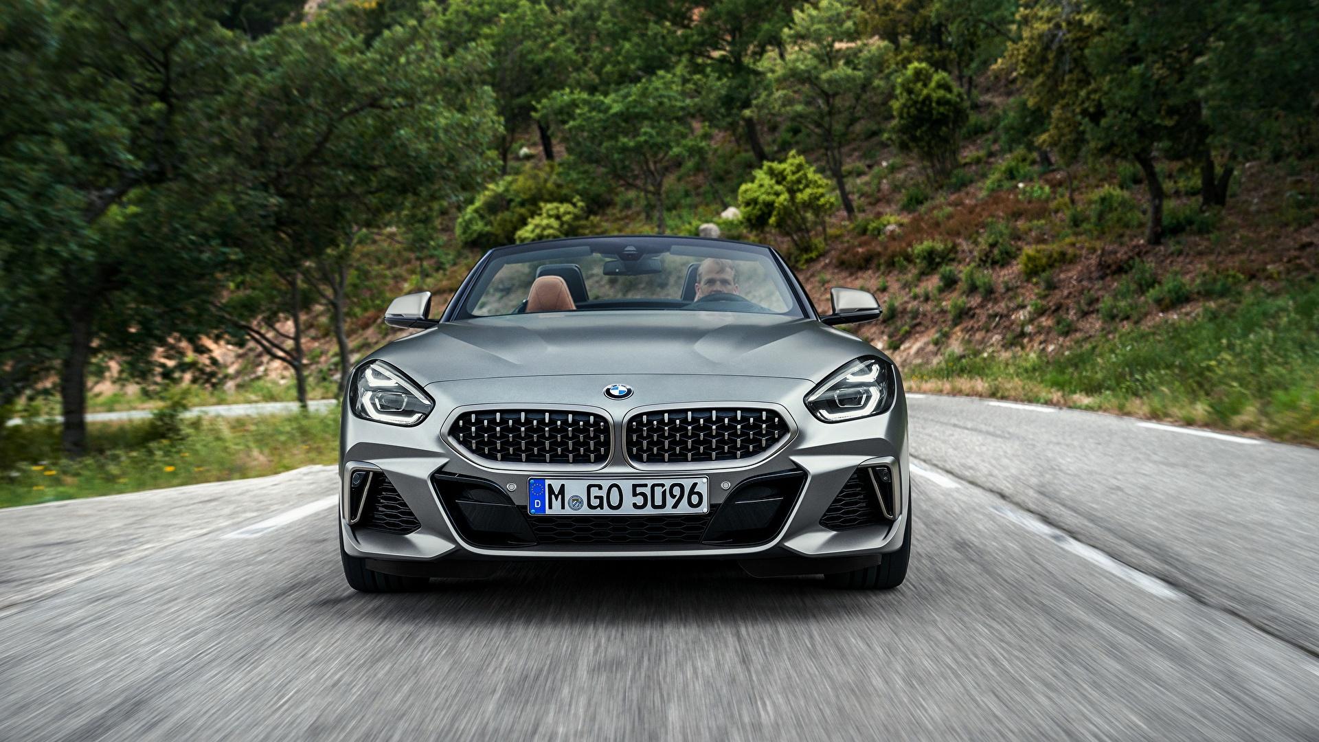 Фото BMW Z4 M40i 2019 G29 Родстер Движение Спереди Автомобили 1920x1080 БМВ едет едущий едущая скорость авто машина машины автомобиль