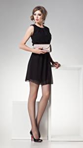 Фото Серый фон Шатенки Платье Взгляд молодые женщины