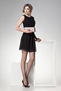 Фото Серый фон Шатенка Платье Взгляд Девушки
