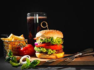 Фотографии Гамбургер Картофель фри Ножик Овощи Пиво На черном фоне Разделочной доске Вилка столовая Стакан Продукты питания