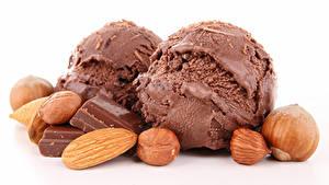 Фотография Сладости Мороженое Шоколад Орехи Фундук Белым фоном Шар