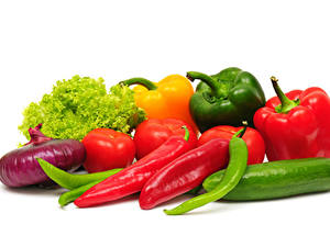 Фотография Овощи Лук репчатый Перец Огурцы Томаты Белый фон Продукты питания