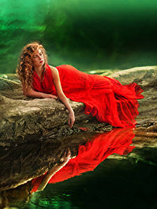 Фотографии Вода Рыжая Платье Красный Девушки