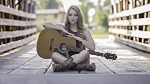 Фото Мост Забор Доски Сидит С гитарой Ног Сапогах девушка