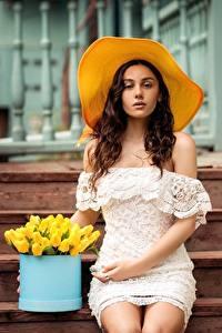Фотография Сидящие Платья Лестницы Шляпы Миленькие Красивая Natia Gachava девушка
