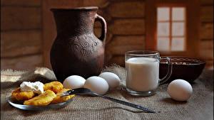 Картинка Натюрморт Молоко Блины Завтрак Кувшин Чашка Яйца Вилка столовая