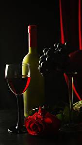 Фото Вино Виноград Розы Черный фон Бокалы Бутылка Пища