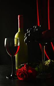 Фото Вино Виноград Розы Черный фон Бокалы Бутылка