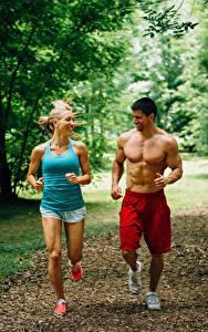 Картинка Мужчины Двое Бег Физические упражнения Улыбка Майка Спорт Девушки