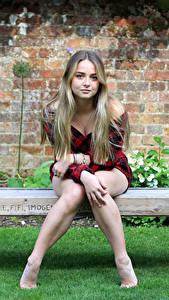 Картинка Скамейка Сидя Ноги Рубашке Взгляд Русая Милый Connie молодые женщины
