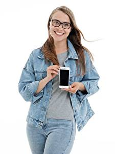 Картинка Белом фоне Шатенка Очках Улыбка Руки Сматфоном Куртка Джинсы молодые женщины