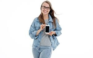 Обои для рабочего стола Белом фоне Шатенка Очках Улыбка Руки Сматфоном Куртка Джинсы молодые женщины