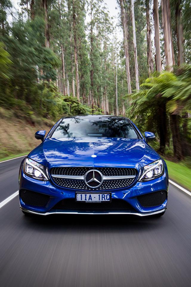 Фотография Мерседес бенц AMG C-Class C205 Купе синяя скорость Спереди Автомобили 640x960 для мобильного телефона Mercedes-Benz Синий синие синих едет едущий едущая Движение авто машины машина автомобиль