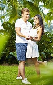 Фотографии Азиатка Мужчина Влюбленные пары 2 Улыбается Шорты Объятие молодые женщины