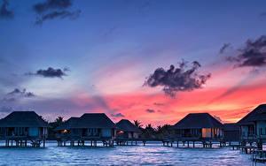 Обои Мальдивы Тропический Рассвет и закат Бунгало Облачно Природа