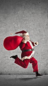 Обои Новый год Сером фоне Дед Мороз Бежит Подарков