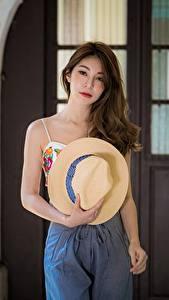 Картинки Азиаты Шляпе Волосы Шатенки Смотрят молодая женщина