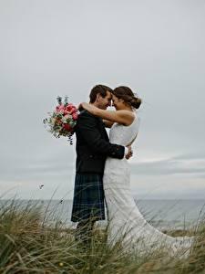 Обои Влюбленные пары Букет Мужчина Трава 2 Брак Жених Невеста Обнимаются молодая женщина