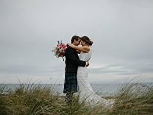 Обои Влюбленные пары Букеты Мужчины Трава 2 Свадьба Жених Невеста Обнимаются Девушки