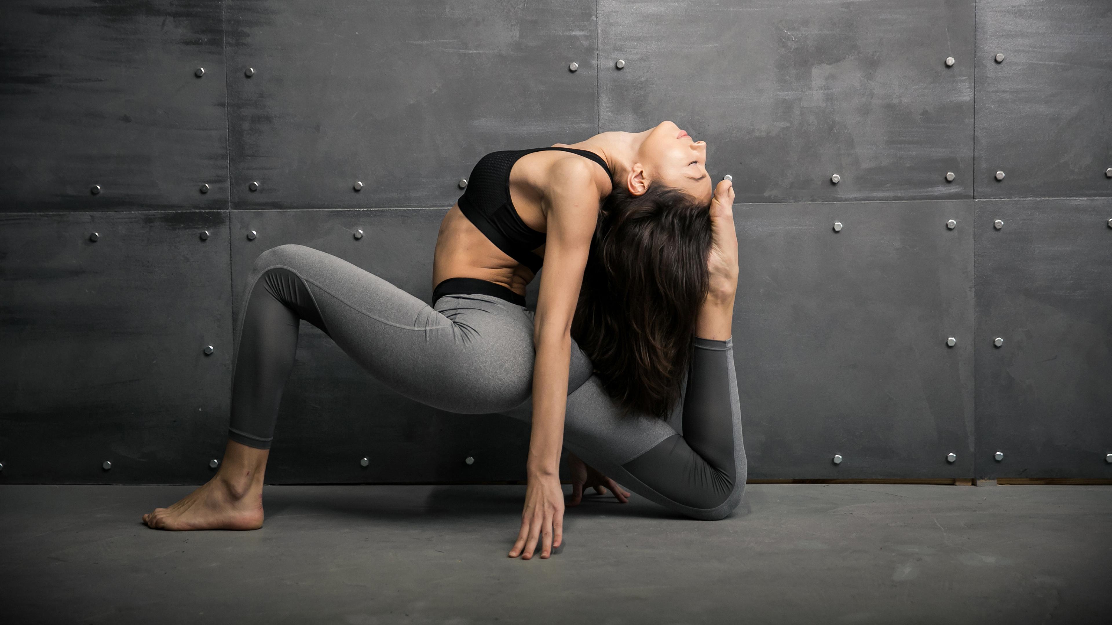 Фотографии брюнеток Тренировка Фитнес Девушки спортивные Гимнастика ног рука стены 3840x2160 Брюнетка брюнетки тренируется физическое упражнение Спорт девушка спортивный спортивная молодые женщины молодая женщина Ноги Руки стене Стена стенка
