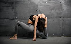 Фотографии Фитнес Гимнастика Стенка Тренируется Ноги Руки Брюнетки девушка Спорт