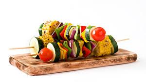 Обои Шашлык Овощи Белым фоном Разделочной доске Еда