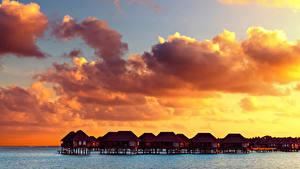 Картинка Мальдивы Тропики Рассветы и закаты Небо Бунгало Облака Природа
