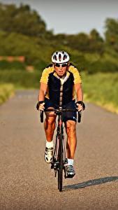 Фотография Дороги Мужчина Размытый фон Едущий Спереди Велосипед Очки В шлеме Спорт