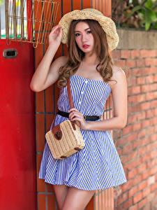 Обои Азиаты Сумка Позирует Платье Шляпа Смотрит Боке молодая женщина