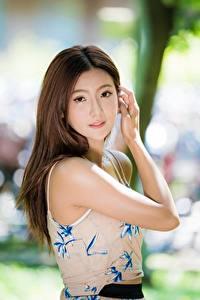 Картинки Азиатка Жест Шатенка Боке Взгляд Руки девушка