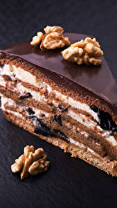Фото Сладости Пирожное Шоколад Орехи Грецкий орех Торты Кусочек Продукты питания