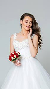 Фотография Букеты Серый фон Шатенка Невеста Платье Девушки
