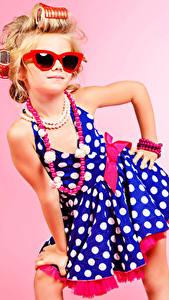 Картинка Украшения Ожерелья Цветной фон Девочки Модель Гламур Очков Платье ребёнок
