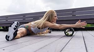 Обои для рабочего стола Фитнес Ноги Руки Шпагат Доски Блондинка спортивный Девушки