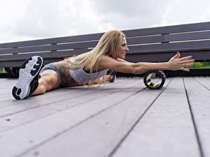Картинки Фитнес Ноги Руки Шпагат Доски Блондинка спортивный Девушки