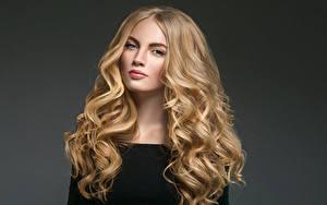 Фотография Серый фон Блондинка Волосы Смотрит