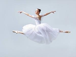 Фотографии Прыгать Танцует Платье Шатенка Руки Балет молодая женщина