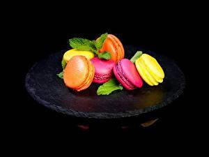 Фото Печенье Макарон На черном фоне Пища